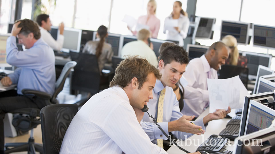 投資家から集めた資金をプロが運用する